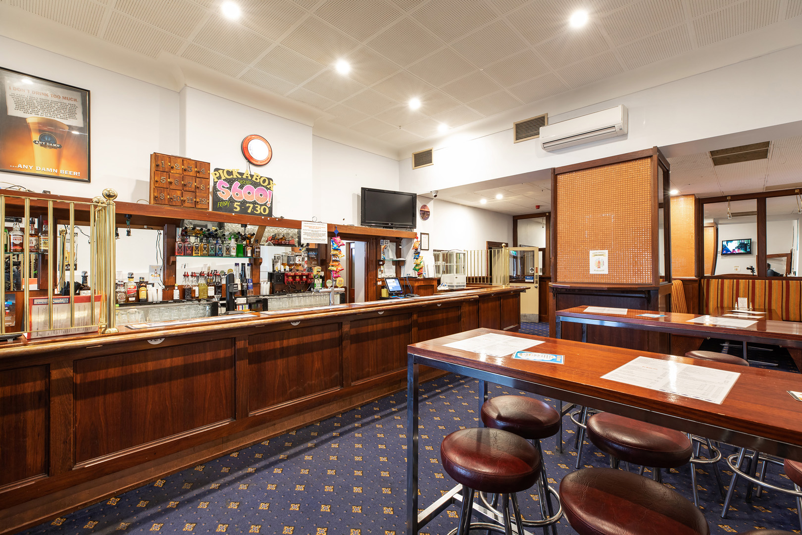 the-flinders-hotel-motel-bar-dining-beer-taps-stools
