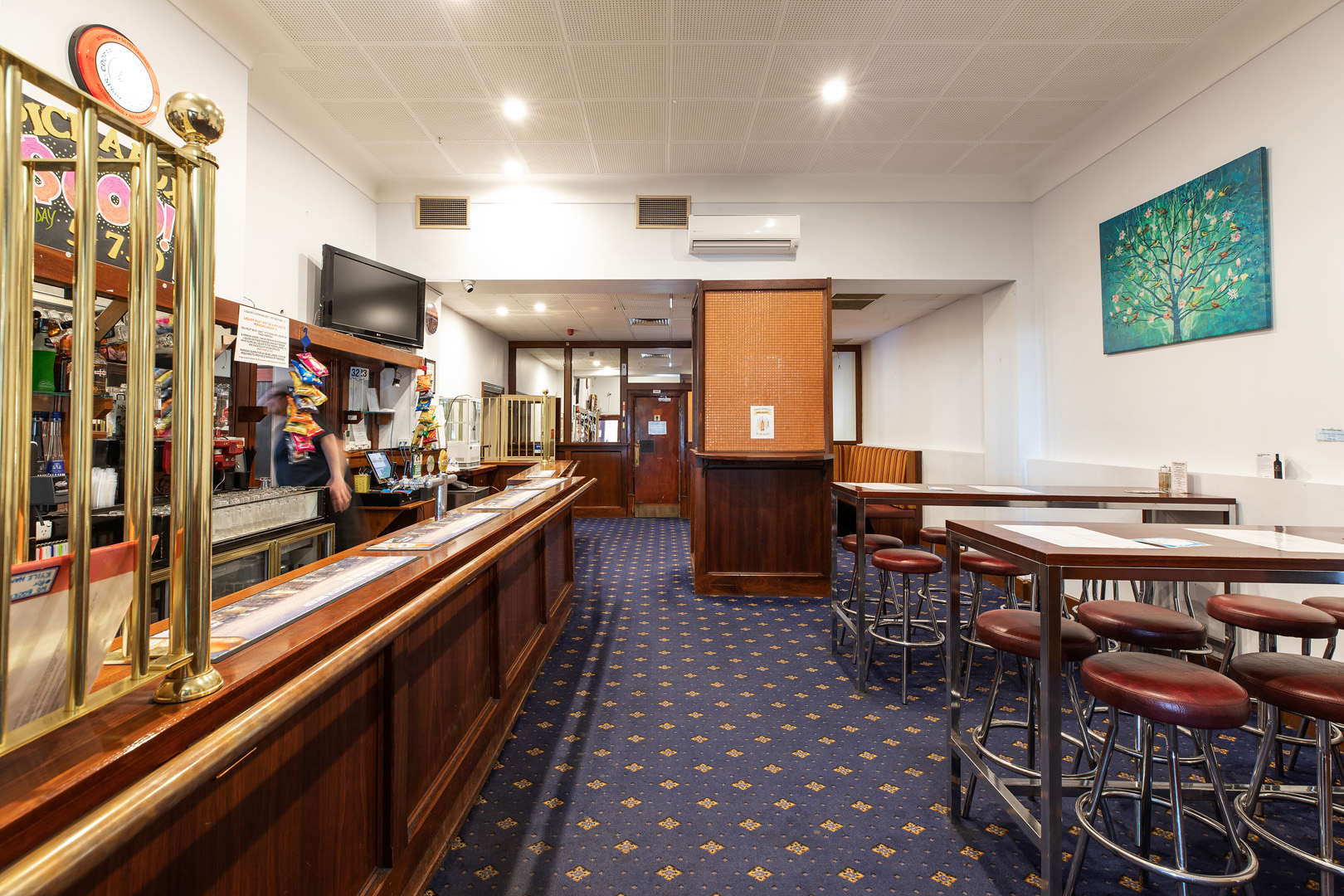 the-flinders-hotel-motel-bar-meal-booth-seating