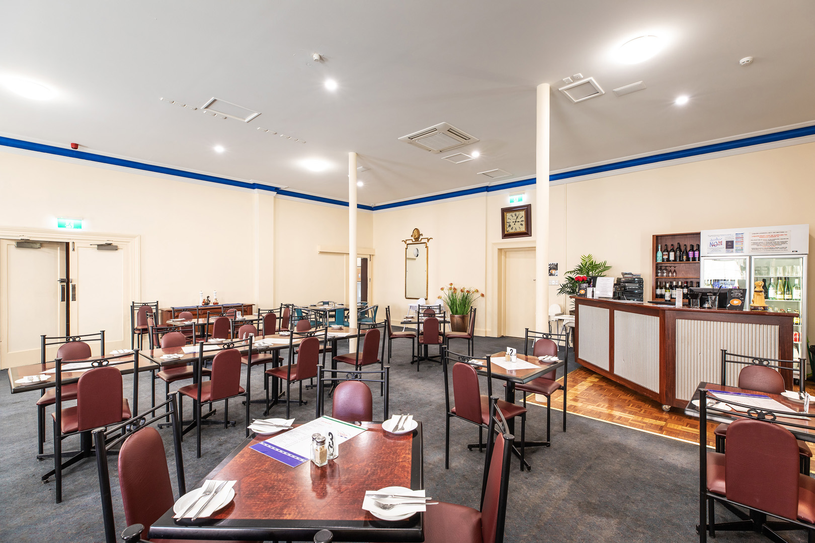 the-flinders-hotel-motel-cena-on-chapel-dining-room-bar