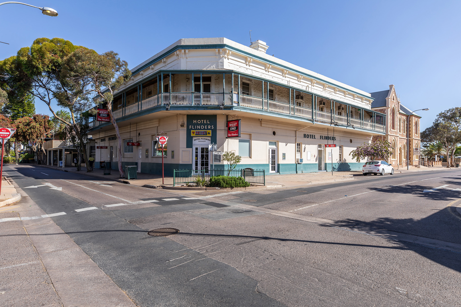 the-flinders-hotel-motel-front-of-pub