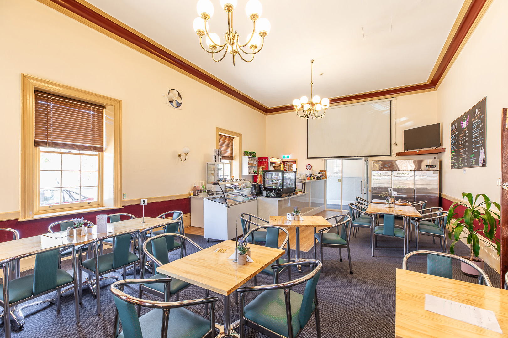 the-flinders-hotel-motel-heaven-and-health-cafe-room