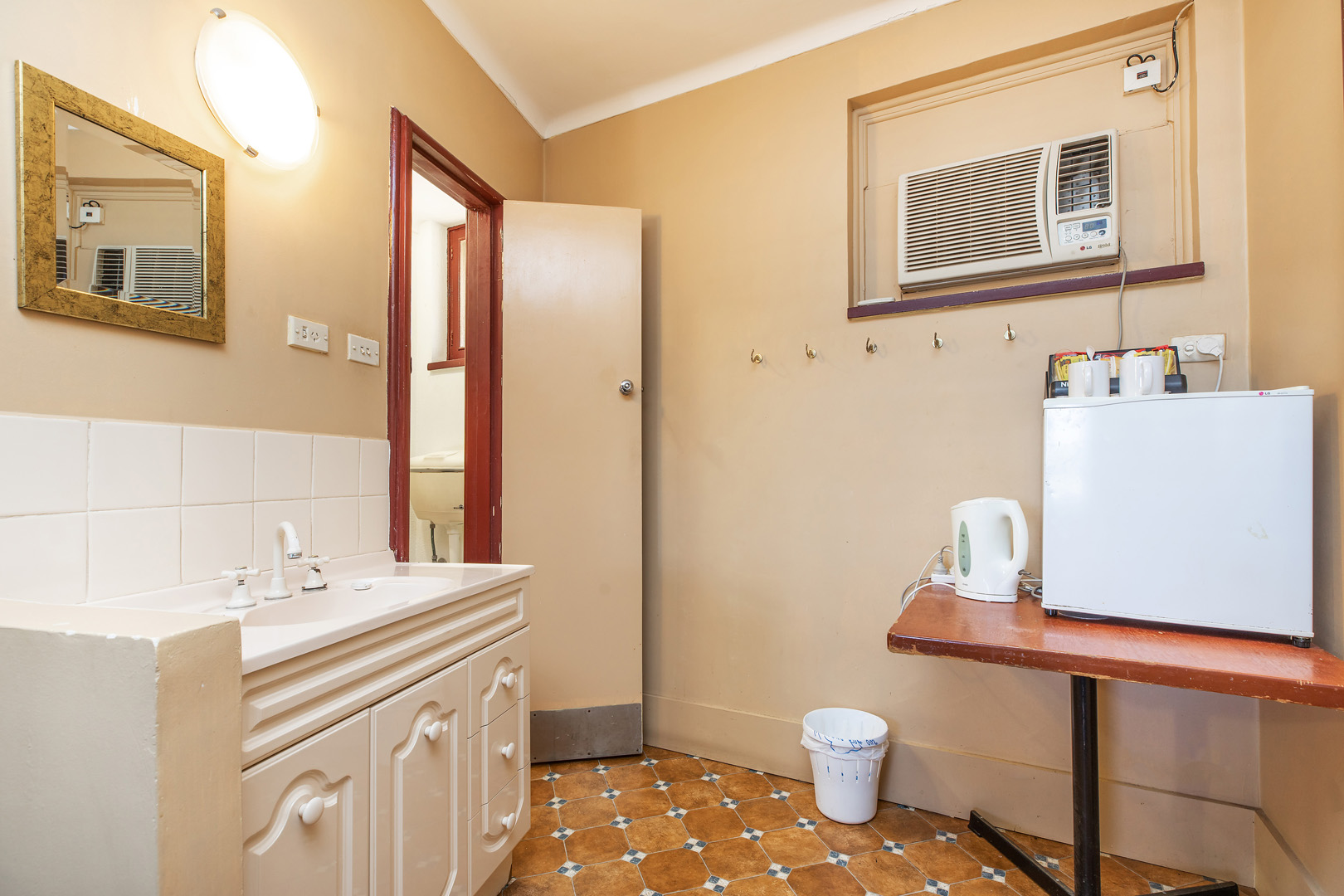 the-flinders-hotel-motel-motel-room-bathroom