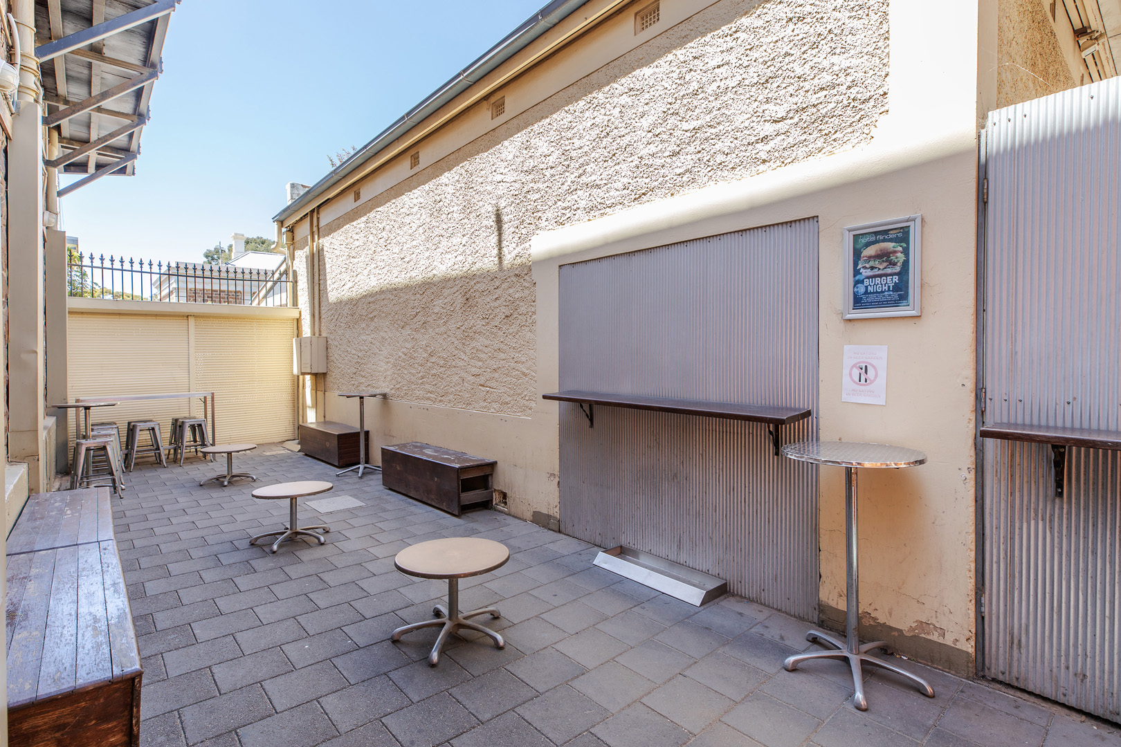the-flinders-hotel-motel-smoking-area-beer-garden-seating-outdoors