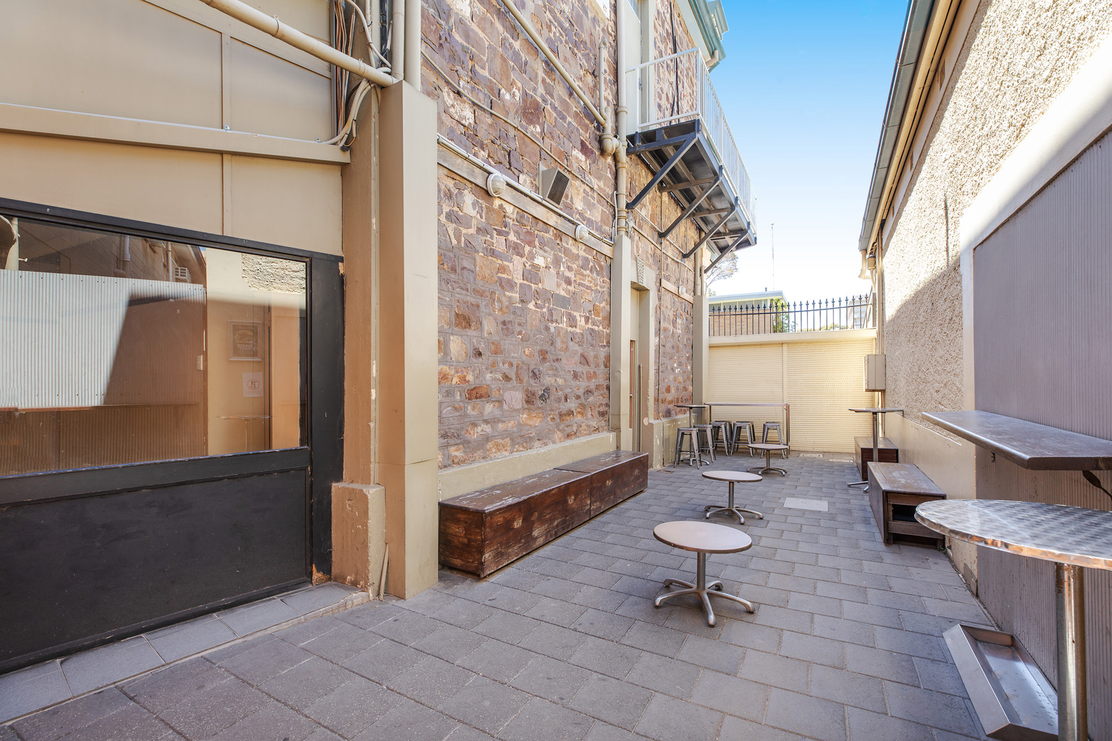 the-flinders-hotel-motel-smoking-area-beer-garden