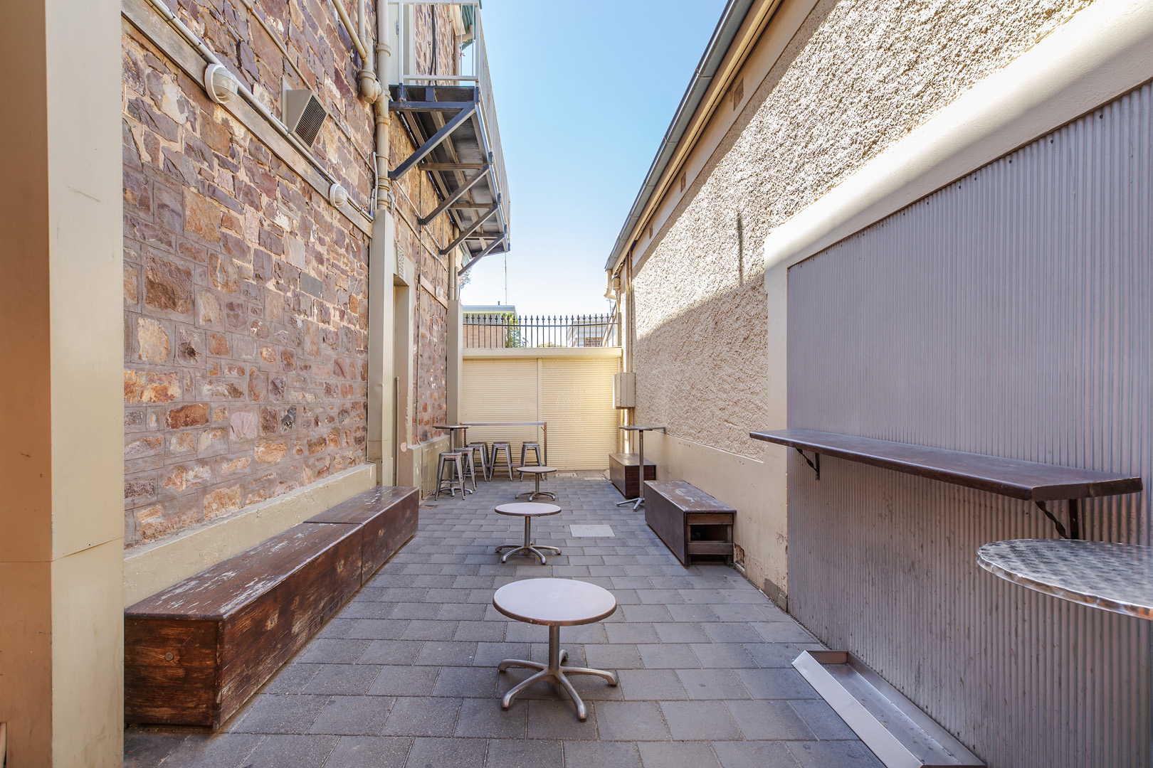 the-flinders-hotel-motel-smoking-area-outside-beer-garden