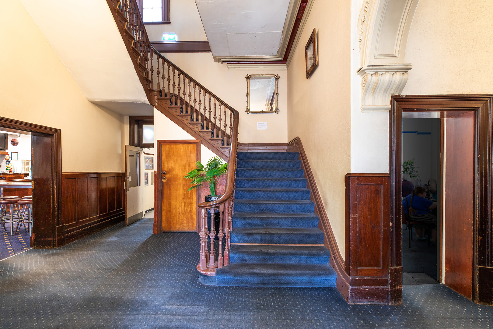 the-flinders-hotel-motel-staircase-hotel-rooms-pub