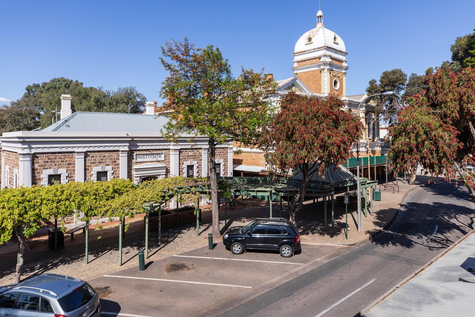 the-flinders-hotel-motel-town-hall-commercial-road