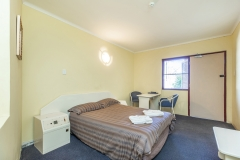 the-flinders-hotel-motel-double-bed-room-towels-seating