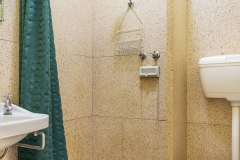 the-flinders-hotel-motel-hotel-bathroom-shower-toilet-sink