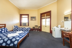 the-flinders-hotel-motel-hotel-room-balcony-room