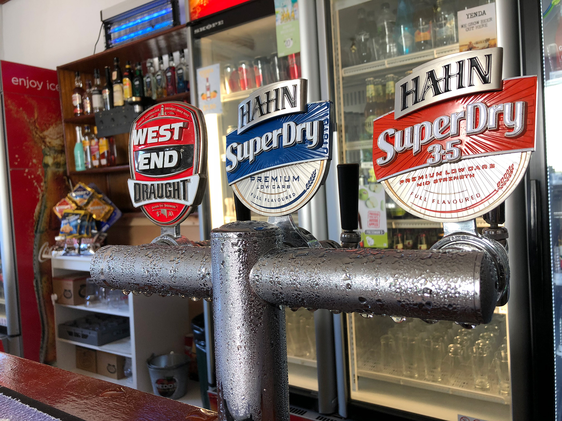 the-flinders-hotel-motel-beer-taps